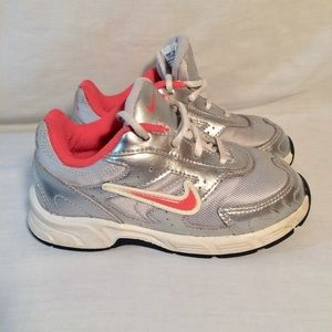 Nike girls Coral silver athletic sneakers shoes